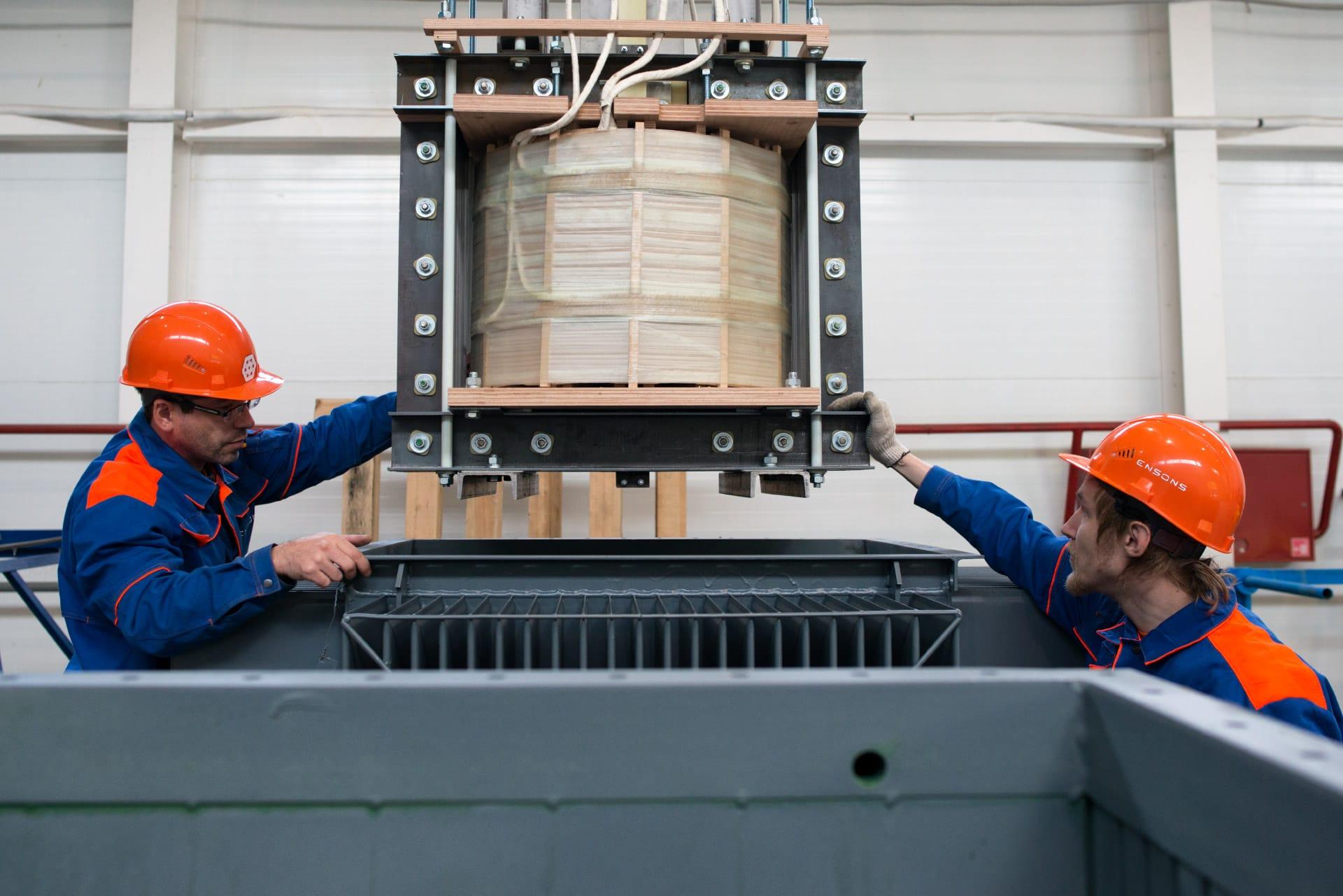 Ensons - Установка магнитопровода в бак реактора