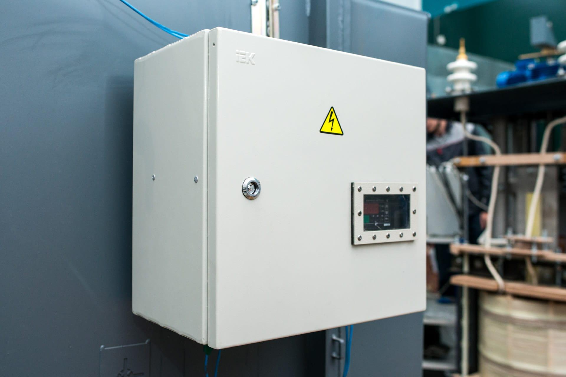 Ensons - Закрытый клеммный шкаф реактора РЗДПОМ