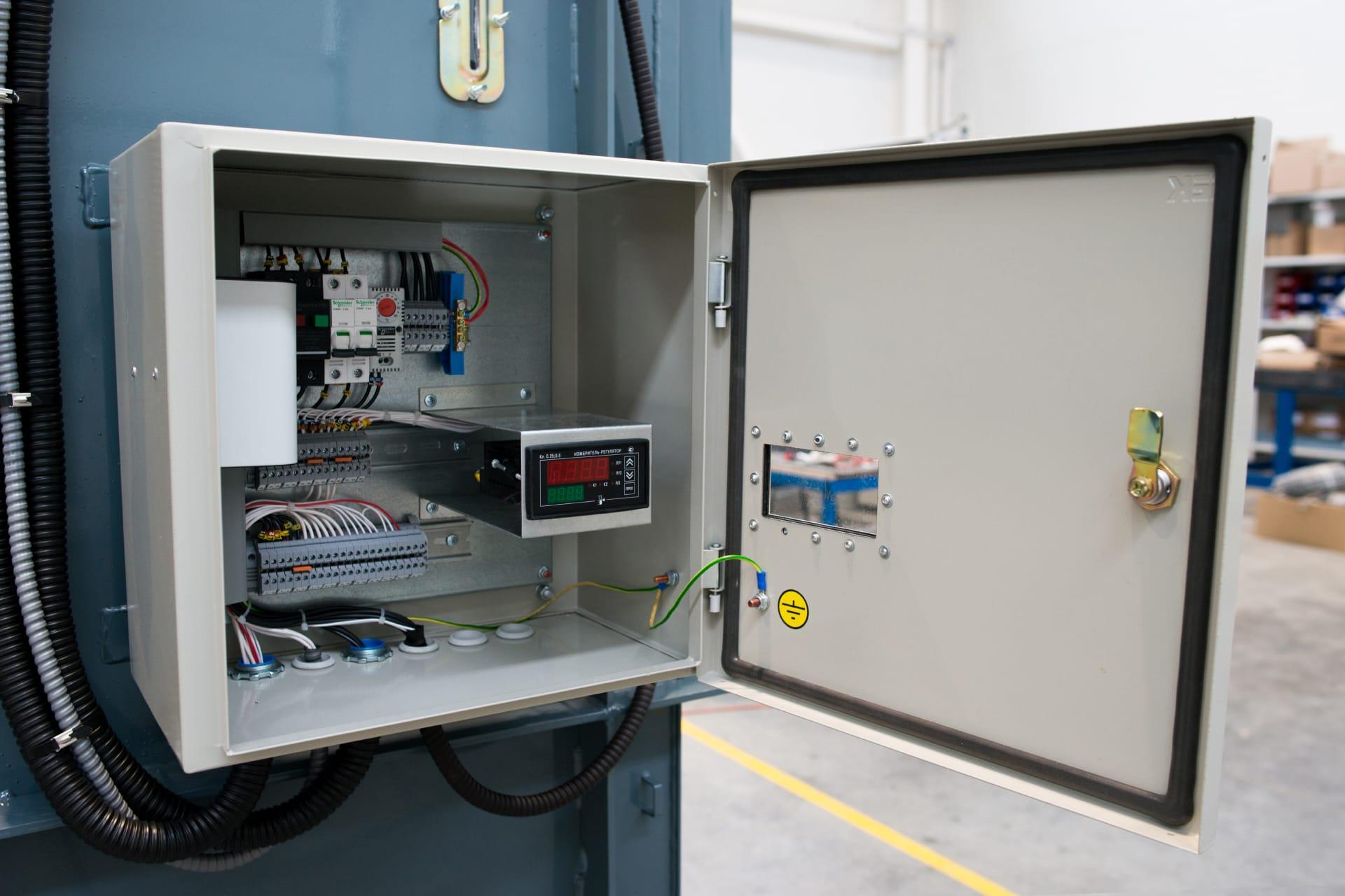 Ensons - Открытый клеммный шкаф реактора РЗДПОМ